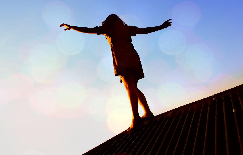 Фото обои крыша, девушка, закат, опасность, равновесие