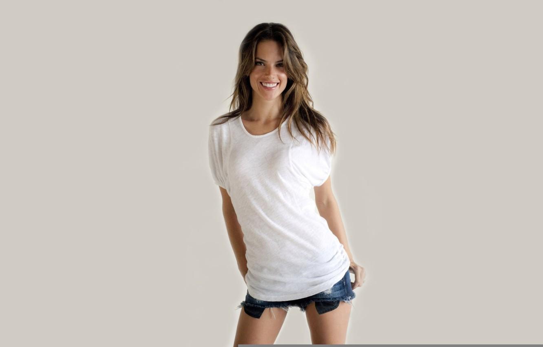 Фото обои девушка, лицо, улыбка, фон, модель, тело, шорты, фигура, Alessandra Ambrosio, красотка, Алессандра Амброзио, Victoria's Secret …