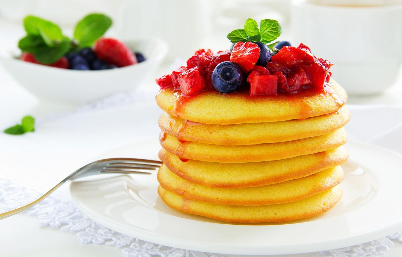 Фото обои ягоды, еда, черника, клубника, блины, варенье, блинчики, оладьи, лжем