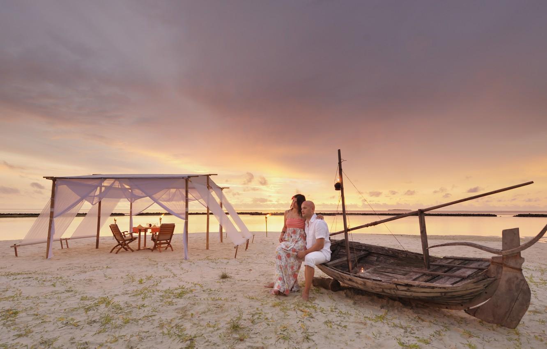 Фото обои пляж, океан, романтика, лодка, вечер, тент, пара, двое