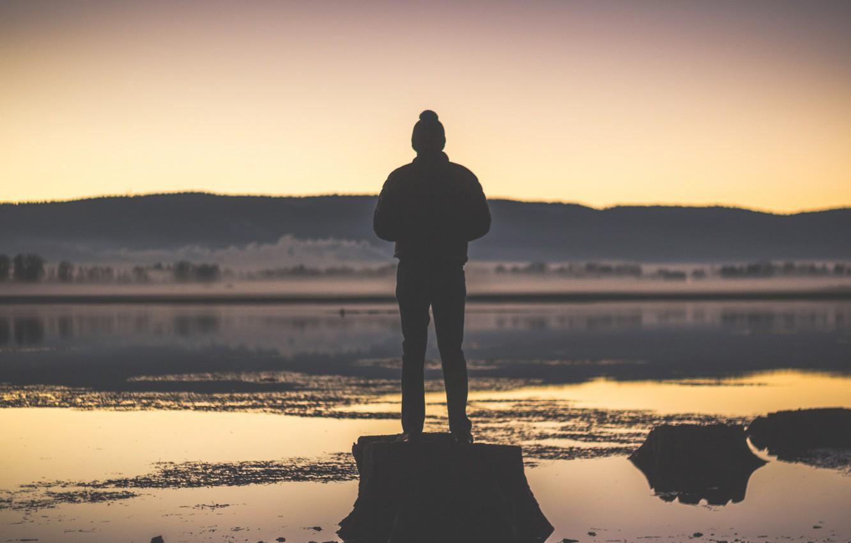 Фото обои twilight, sunset, lake, fog, hills, man, dusk, reflection, silhouette, stump