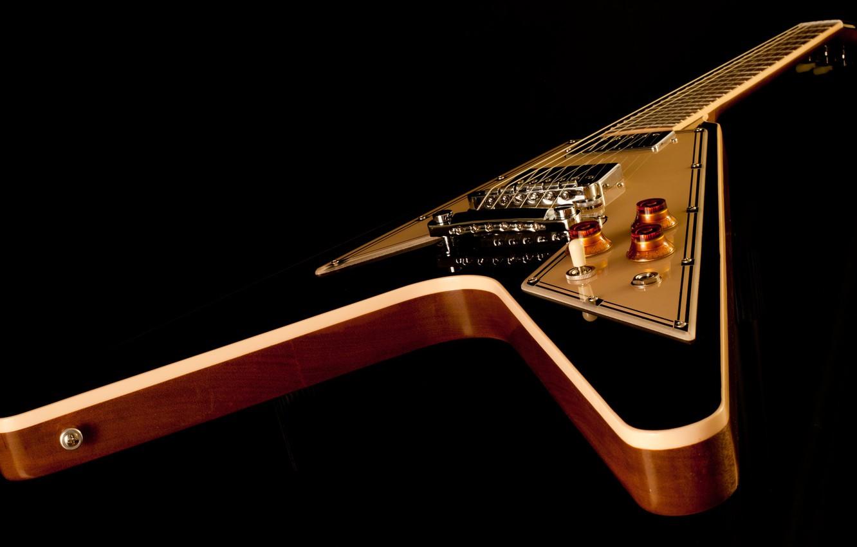 Фото обои гитара, струны, корпус, чёрный фон, электрогитара, гриф, gibson, flying v