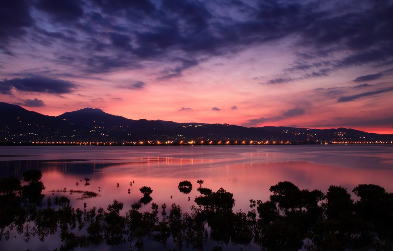 Фото обои небо, облака, город, огни, пролив, рассвет, холмы, берег, розовое, Китай, Тайвань, Тайбэй, вдали, заря, сиреневое