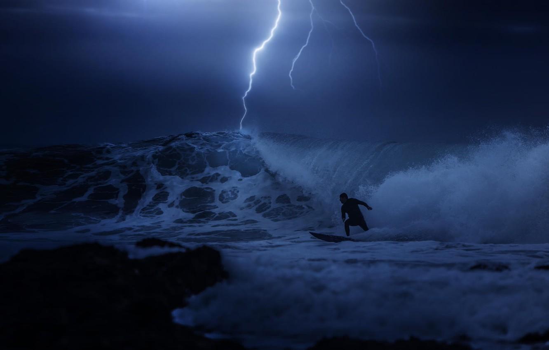 Фото обои гроза, ночь, океан, молния, серфинг, парень