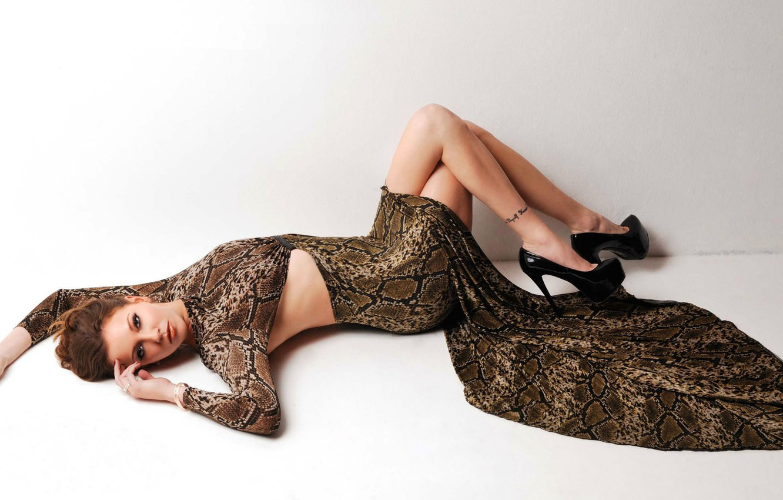 Фото обои девушка, платье, актриса, туфли, татуировка, лежит, шатенка, Кэти Кэссиди, Katie Cassidy