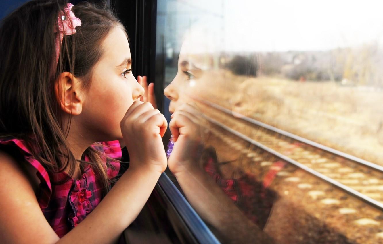 Фото обои дети, отражение, печаль, ребенок, милый, sadness, child, reflection, cute, children, lonely, одинокие, train window, окна …