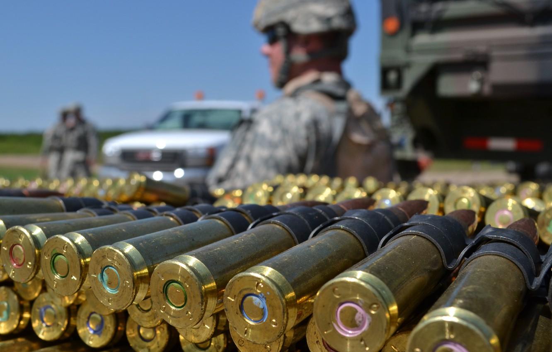 Фото обои макро, оружие, солдат, патроны, Full Metal Jacket, пулеметная лента