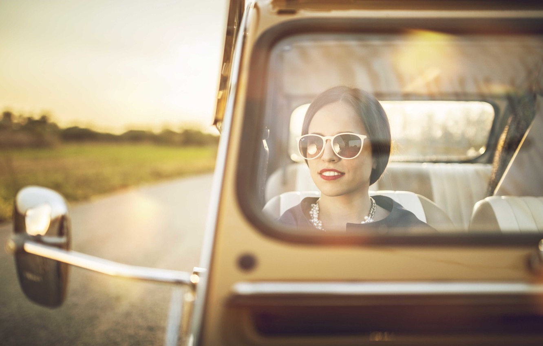 Фото обои дорога, стекло, девушка, солнце, Citroen, 2CV, заднего