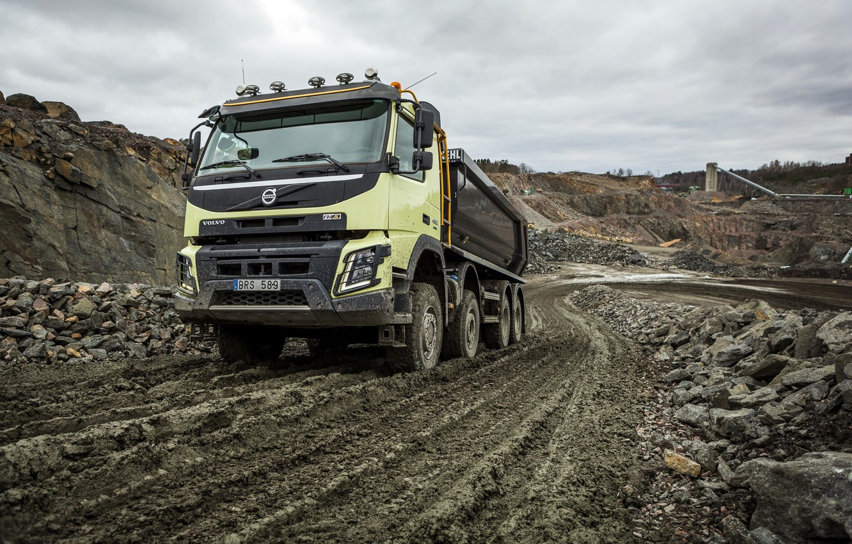 Фото обои дорога, камни, пыль, Volvo, грузовик, вольво, 2013, карьер, FMX, 8x4, спецтехника, самомвал