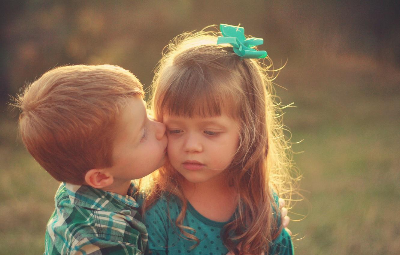 Фото обои солнце, природа, дети, фон, обои, настроения, ребенок, поцелуй, мальчик, малыш, девочка, wallpaper, girl, украшение, малыши, ...