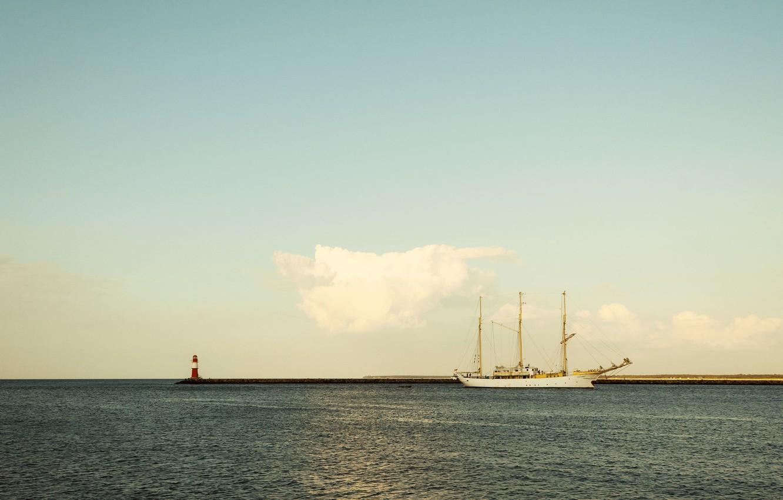 Фото обои море, небо, берег, маяк, корабль, парусник, облако