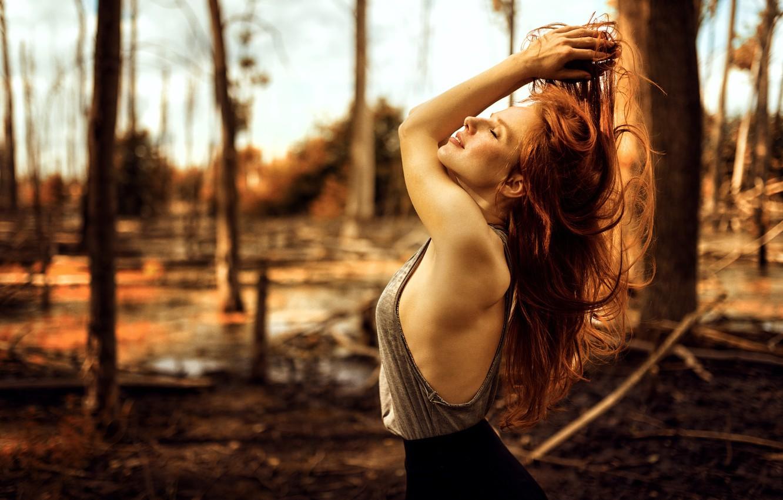 Фото обои лес, девушка, модель, болото, юбка, майка, рыжая, summer, красивая, прелесть, вырез, nature, pretty, mood, шикарная, …