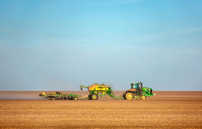 Фото обои небо, поля, пыль, урожай, трактор, фермы
