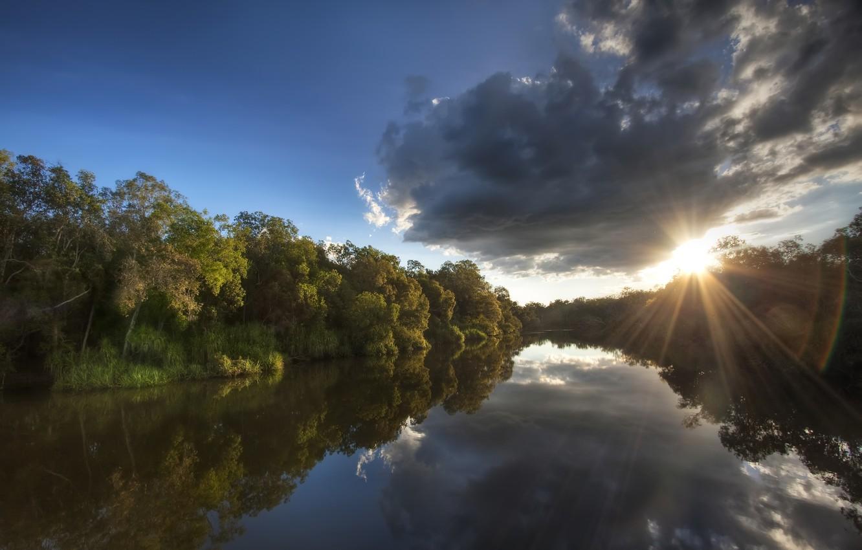 Фото обои лес, небо, солнце, облака, лучи, деревья, отражение, река, берег, утро, Австралия, Национальный Парк