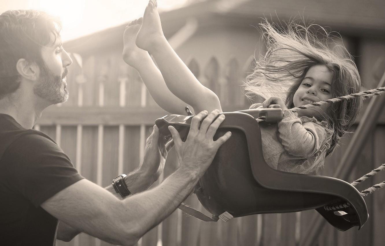 Фото обои радость, дети, детство, улыбка, фон, качели, widescreen, обои, настроения, ребенок, отец, девочка, wallpaper, мужчина, парень, …