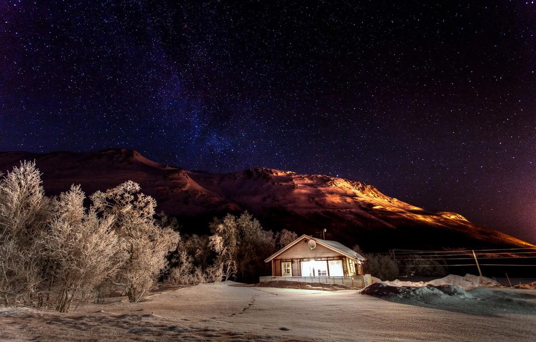 Фото обои зима, небо, звезды, свет, снег, деревья, горы, ночь, природа, дом, звёзды, домик