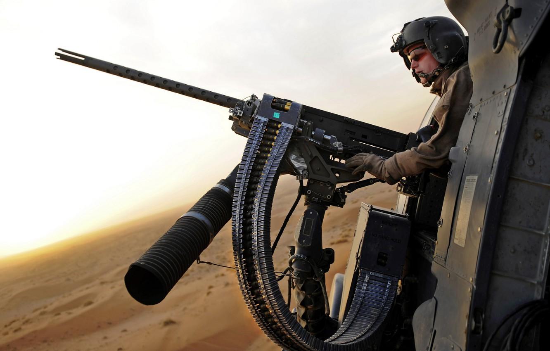 Фото обои пустыня, Пулемет, лента, шлем, стрелок