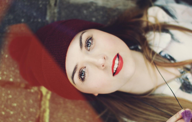 Фото обои глаза, взгляд, девушка, лицо, ресницы, фон, widescreen, обои, настроения, шапка, размытие, зубы, макияж, помада, губы, …