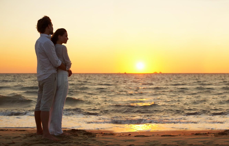 Фото обои песок, море, пляж, девушка, закат, ветер, вечер, пара, прибой, парень