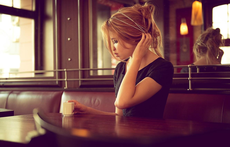 Фото обои кофе, блондинка, чашка, кафе, локон, жест