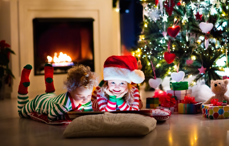 Фото обои дети, игрушки, елка, Рождество, Новый год, книга, камин, украшение, гирлянда, toys, New Year, child, little, …