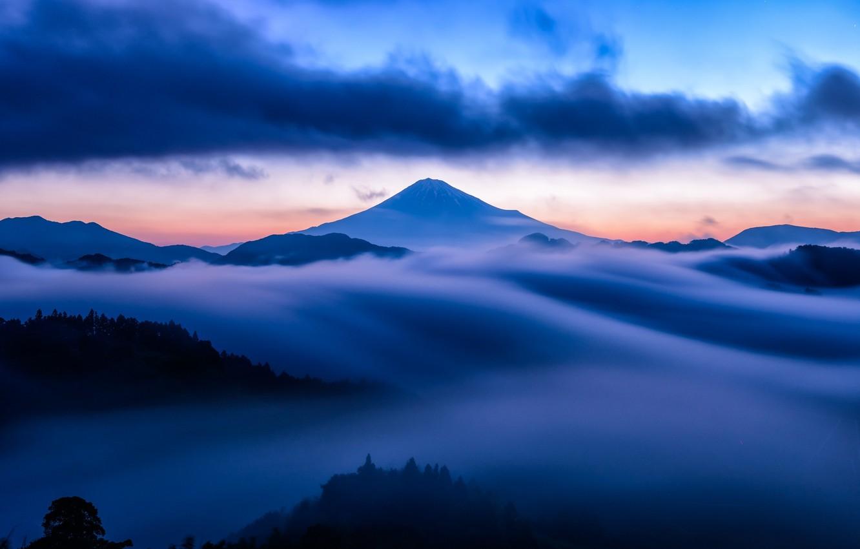 Фото обои небо, облака, снег, закат, туман, голубое, гора, вулкан, вершина, sky, sunset, blue, clouds, mountain, snow, …