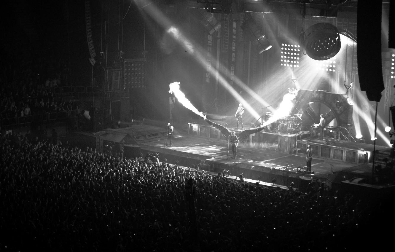 Фото обои огонь, сцена, крылья, чёрно-белое, концерт, metal, публика, rammstein