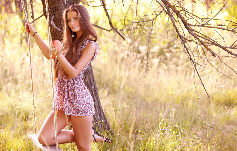 Фото обои лес, трава, взгляд, девушка, качели, дерево, платье, шатенка, ножки, jasmine