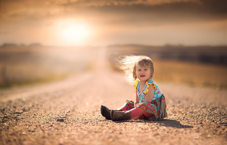Фото обои дорога, ветер, волосы, платье, простор, девочка