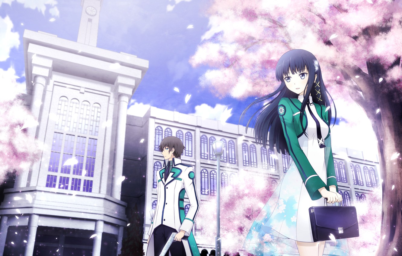 Фото обои небо, девушка, облака, деревья, улыбка, пистолет, лепестки, парень, портфель, двое, школьная форма, anime, art, mahouka …