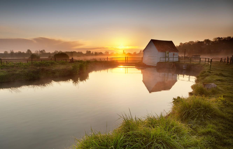Фото обои небо, трава, солнце, облака, деревья, закат, отражение, река, берег, Англия, вечер, Великобритания, домик