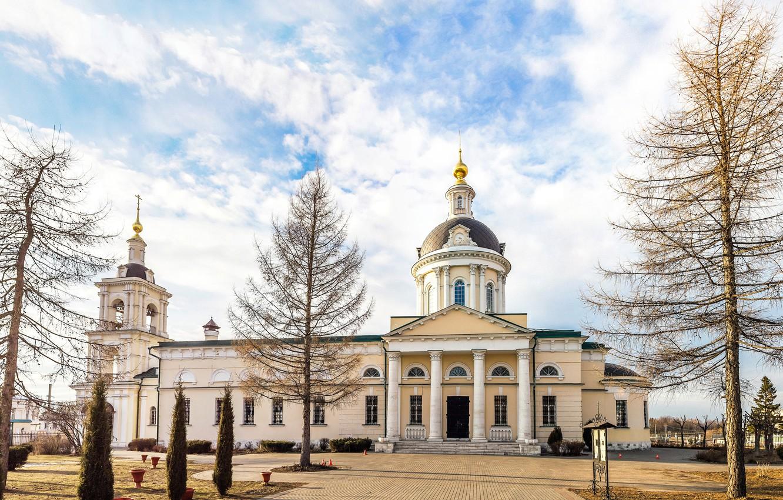 Фото обои деревья, город, здание, церковь, панорама, собор, храм, архитектура, коломна