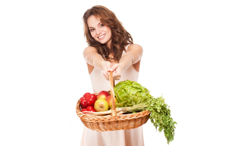 Фото обои девушка, красный, улыбка, настроение, корзина, яблоки, платье, прическа, белый фон, перец, шатенка, фрукты, овощи, капуста, …