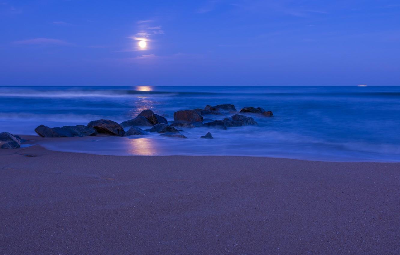 Фото обои песок, пляж, небо, облака, ночь, камни, луна, берег, Океан, синее