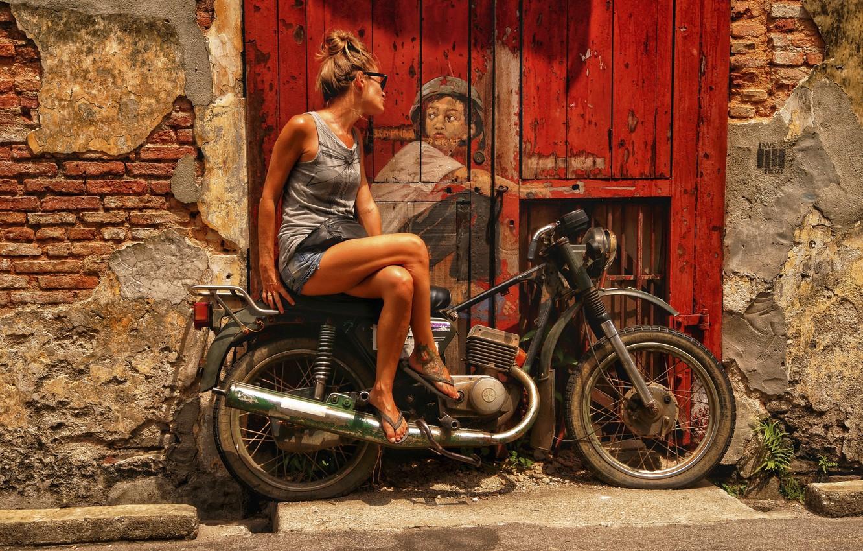 Фото обои девушка, город, рисунок, дверь, арт, мотоцикл