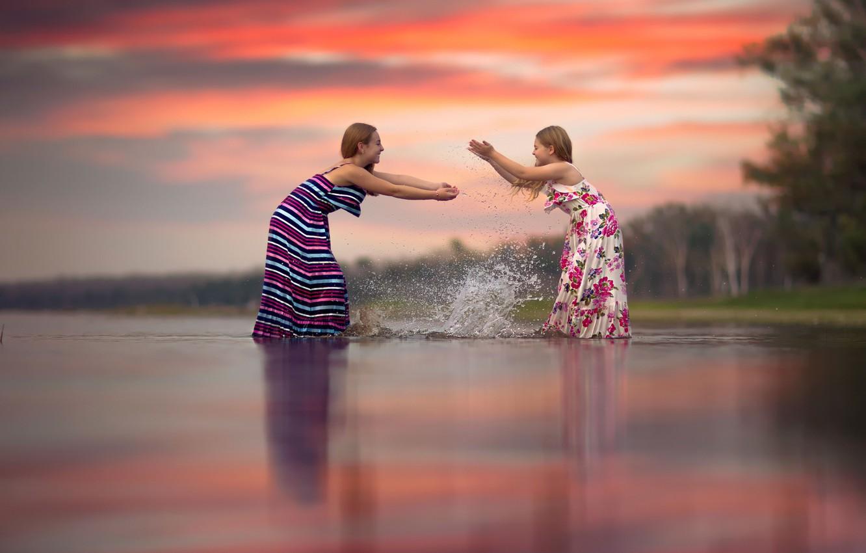 Фото обои радость, брызги, дети, девочки, в воде, сёстры