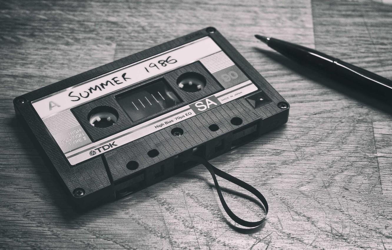 Фото обои воспоминания, стол, перо, тень, кассеты, TDK, сторона А