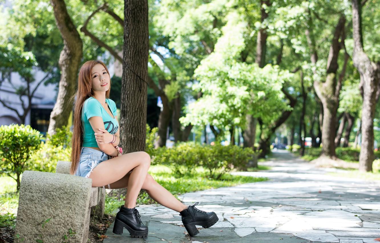 Фото обои лето, девушка, скамейка, лицо, волосы, шорты, джинсы, ботинки, азиатка