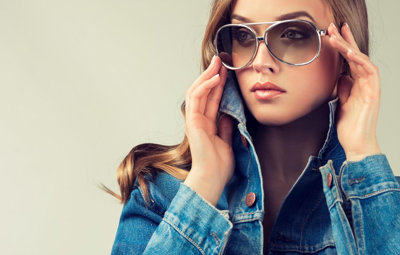 Фото обои глаза, взгляд, девушка, лицо, волосы, руки, очки, губы, джинсовка