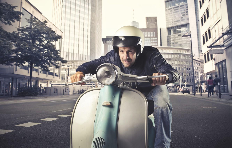 Фото обои город, улица, здания, шлем, мужчина, мотороллер