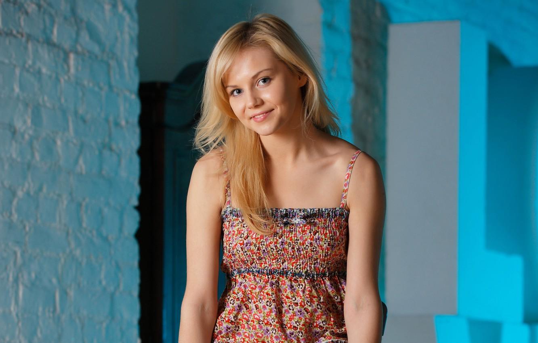 Фото обои взгляд, девушка, улыбка, стена, платье, блондинка, сероглазая