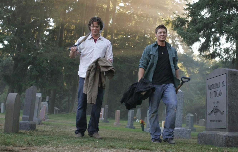 Фото обои улыбка, кладбище, сериал, парни, мужчины, сверхъестественное, сэм, supernatural, дин, jensen ackles, дженсен эклз, jared padalecki, …