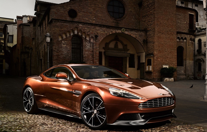 Фото обои фон, Aston Martin, здание, суперкар, передок, Астон Мартин, красивая машина, AM 310, Ванкуиш, Vanquish