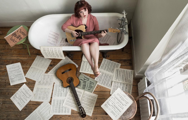 Девушка в ванне с гитарой