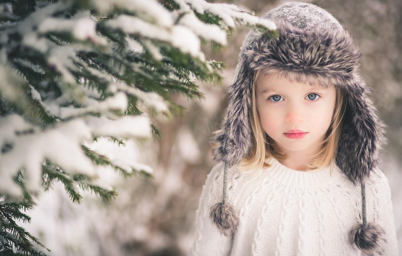 Фото обои взгляд, снег, ветки, шапка, блондинка, девочка, ёлка, ребёнок, сероглазая