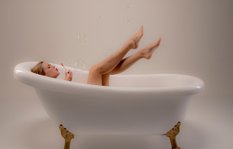 Фото обои девушка, мыльные пузыри, ванна, ножки