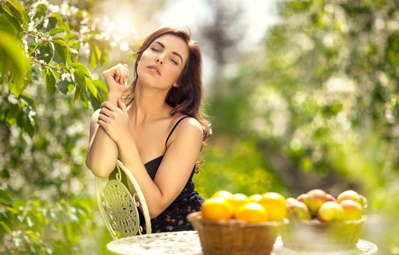 Фото обои зелень, девушка, красота, фрукты, photographer, сидя, личико, Maarten Quaadvliet