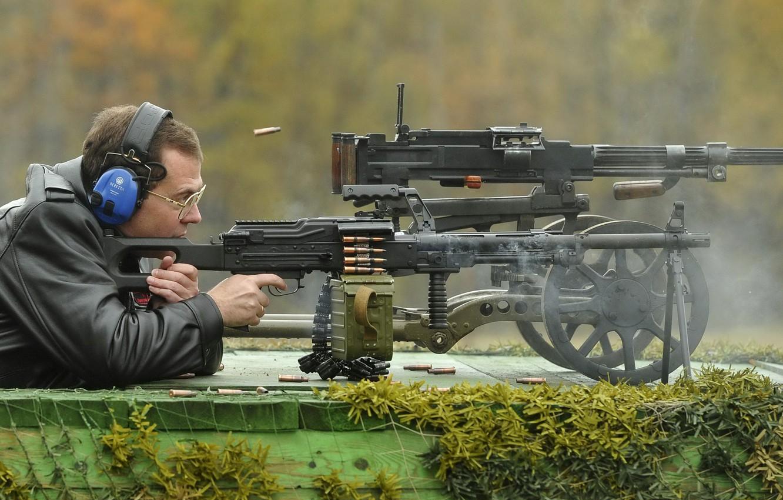 Фото обои зеленый, оружие, сеть, дым, человек, цвет, кадр, выстрел, наушники, очки, лента, старый, Стрельба, Россия, патроны, …