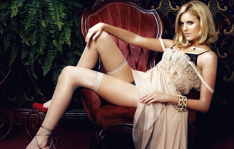 Фото обои девушка, ноги, кресло, чулки, платье, актриса, блондинка, Maggie Grace, Мэгги Грэйс