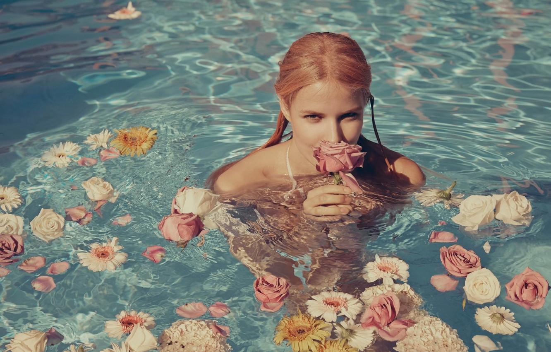 Девушка секси и цветы